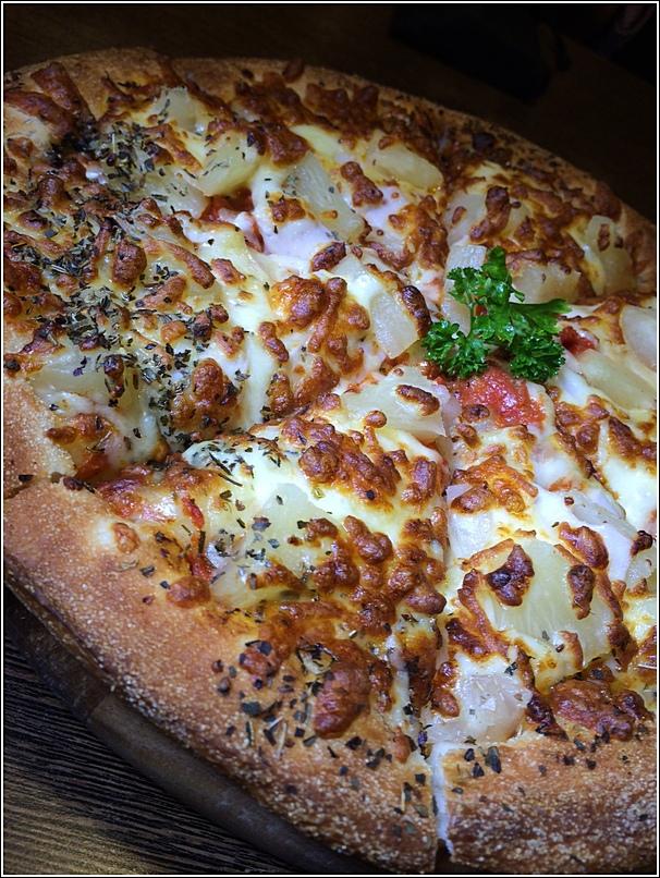 Pretz n Beanz Hawaian Chicken Pretzel Pizza