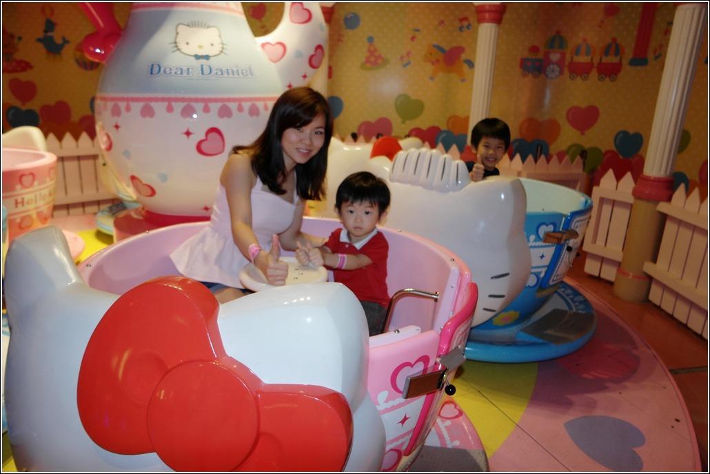 Hello Kitty Tea cup ride