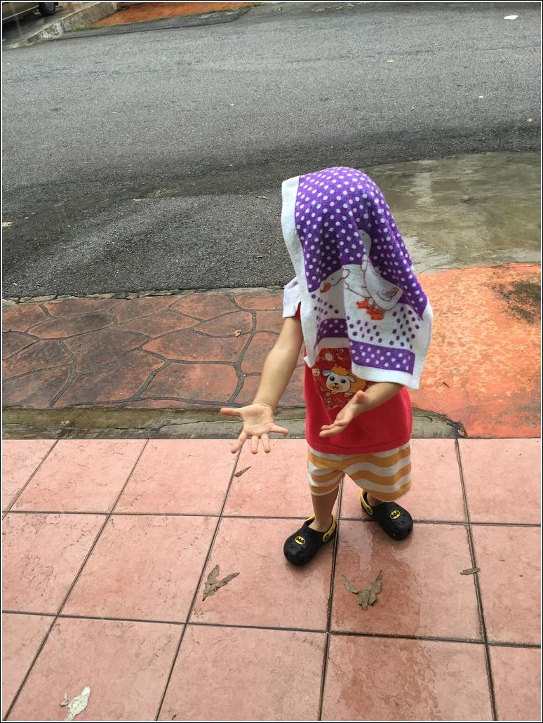 Kids learn playing in the rain