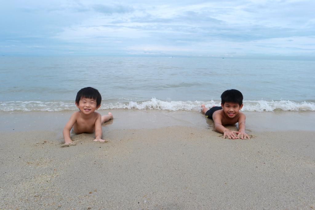 white-sandy-batu-ferringhi-beach-holiday-inn-penang