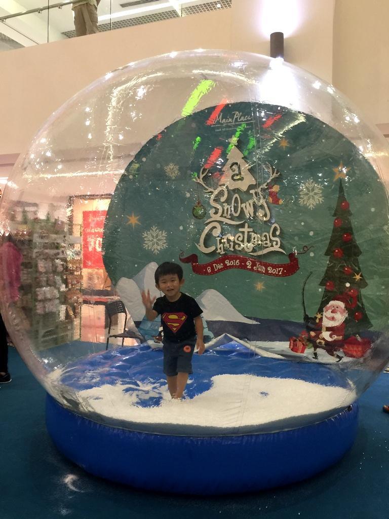 main-place-usj-christmas-decor-giant-snow-globe